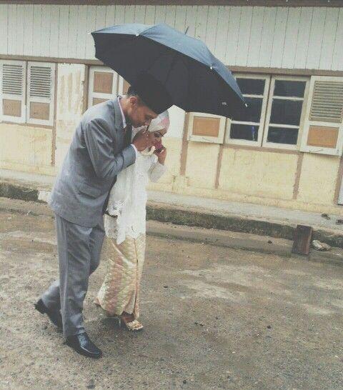 #minangwedding #sumbar #indonesia #oktober #02 #2015 #candid #eltarahmatwedding #vsco #rain #umbrella