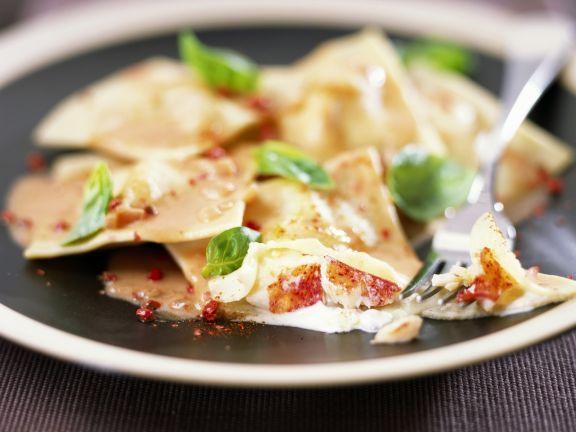 Hummerravioli mit sahniger Tomatensoße ist ein Rezept mit frischen Zutaten aus der Kategorie Hummer. Probieren Sie dieses und weitere Rezepte von EAT SMARTER!