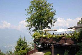 Super Terrasse mit Aussicht im Hotel Miramonti in Hafling, Südtirol.