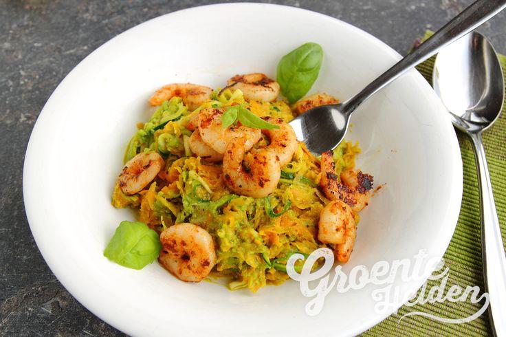 Maak je eigen courgette spaghetti met dit recept van De man die koken kan. Deze courgetti is heerlijk gecombineerd met garnalen, wortel en doperwtenpesto!