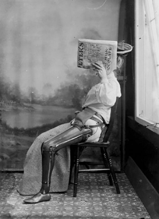 Mulher com perna artificial envergonhada demais para mostrar o rosto (1890 – 1900)