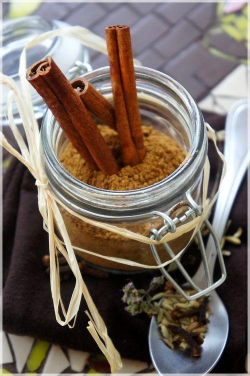 Deux recettes à faire chez soi, pour un pain d'épices des plus parfumés … ingrédients pour la recette à «4 épices» : – 3 càs de cannelle en poudre, – 1 càc de clou de girofle, – 1 càc de noix de muscade moulue, – 2 càc de cardamome en poudre. Mixer les épices ensemble si elles sont entières. On peut utiliser un petit mixer ou mieux, un moulin à café. Passer au tamis si besoin. Mettre dans un pot en verre suffisamment grand. Fermer le couvercle et bien mélanger. Conserver au sec…