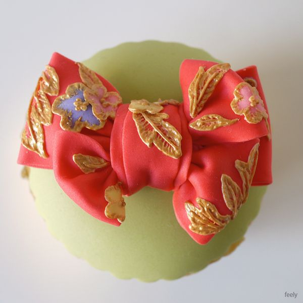 squires kitchen exhibitin GOLD / japanese style/ image of engagement   WHAT A CUTE CUP CAKE!!!!!!!