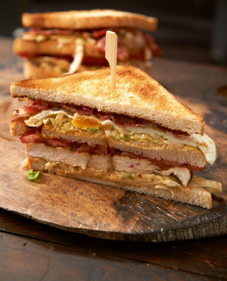 Das perfekte Sandwich: salziger Bacon, saftiges Hähnchen, knackiger Salat, Tomate, Ei und viel Sauce. Dafür lohnt sich die Maulsperre!