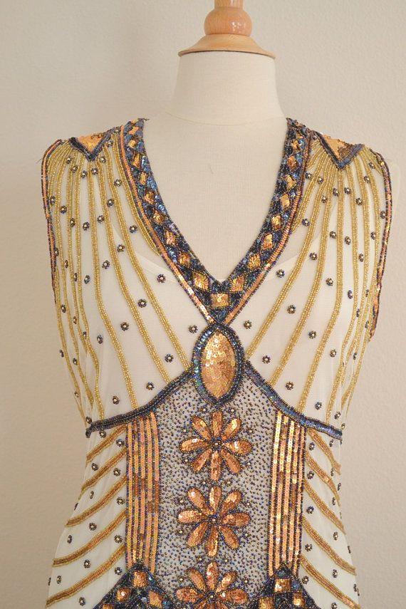 Dit is een fantastische jaren 1920 stijl GREAT GATSBY beaded flapper jurk. Deze heet STARLIGHT en is een van onze nieuwste designs! De kleur is ivoor Gold.  Deze aanbieding is voor een maat S, M, L, XL of Plus maten. Kan ook aangepaste metingen. Dit is een pre-verkoop, speciale bestelling item dat 4 tot 6 weken duurt te produceren, dus houd dit in gedachten bij de planning voor uw speciale gebeurtenis.  Dit is een geweldig, een van een soort, hand beaded 1920s stijl kralen flapper jurk! Dit…