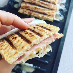 Toast lavet af blomkål? Jep den er god nok. Blomkålstoast med smeltet ost, skinke og Dijon. Vupti, så har man en lækker og smagfuld toast uden brød!
