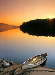Lago  George, Ontario .  Esta imagen de una canoa en el lago  George, en el Parque Provincial de Killarney es ,para mi ,la fotografía definitiva de Ontario.   El nombre de la provincia se deriva de la palabra iroquesa que significa  << aguas hermosas >> , una adecuada descripción, considerando los 250.000 lagos que salpican la parte de Ontario  que pertenece al Escudo Canadiense.