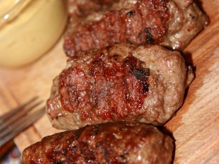 Sa faci cei mai buni mici este o maiestrie. Desi aparent simpli de pregatit, mititeii sunt in fapt plini de secrete: amestecul de carne trebuie sa contina anumite feluri de carne, amestecate cu o anumita cantitate de condimente, focul pe care sunt prajiti trebuie sa fie intr-un anume fel. De...