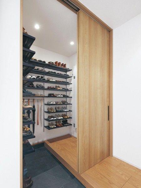 靴や傘など、たっぷりと収納することが可能。[インテリア建材undefinedベリティスundefined玄関用収納 エントランスパーツ ウォークインスタイル(L型)]undefined パナソニック エコソリューションズhttp://sumai.panasonic.jp/