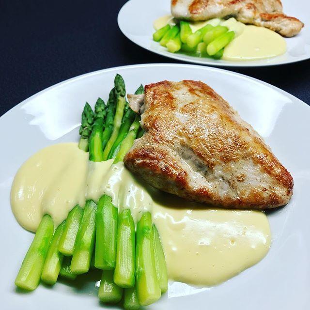 Krůtí steak s chřestem a holandskou omáčkou – inTerezant