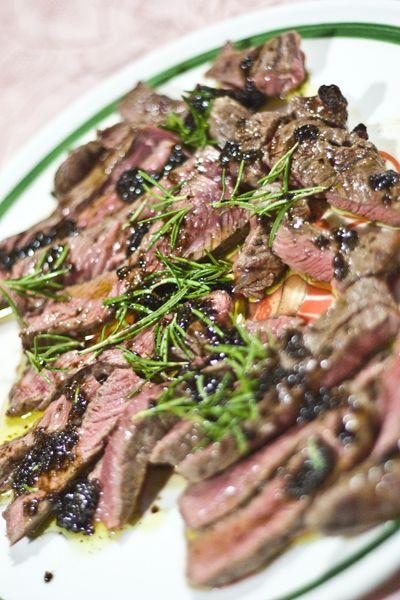 """Sono sicura che molti di voi prendono spesso la tagliata di manzo al ristorante pensando """"Se non la mangio qui..."""" convinti che prepararla a casa sia un'impresa ardua. Vi dimostreremo che non è così e seguendo le nostre dritte otterrete un risultato incredibile! Procedimento: Scottare la carne alla brace, stando attenti che non si bruci...Read More"""
