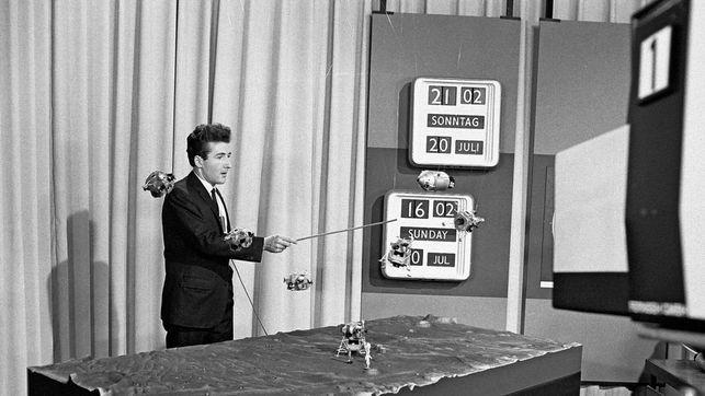 Nicht nur Leichtgewichtiges: Bruno Stanek erklärt der Fernsehnation die erste bemannte Mondlandung von 1969. Die #NZZ über die Sonderausstellung #FLIMMERKISTE