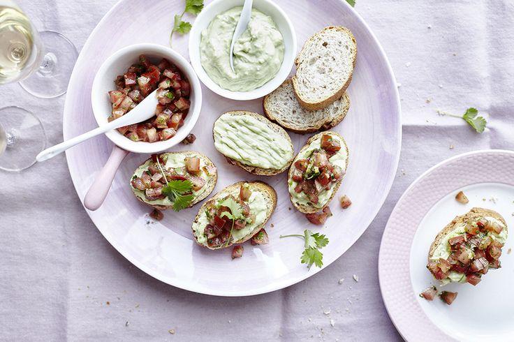 Een overheerlijke bruschetta met yoghurt-avocado dip, tomaat en koriander, die maak je met dit recept. Smakelijk!