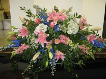 When a loved one passes away, you want to see them off peacefully. Here's a graceful and elegant spray for the casket.