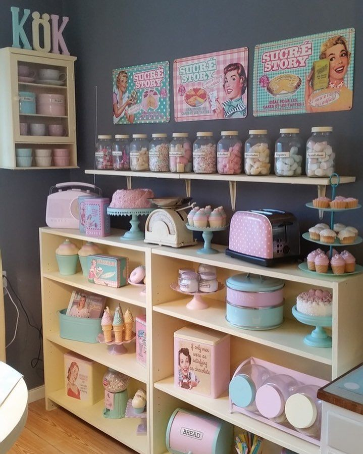 "Pastel candy counter play space. Ni måste hälsa på i Jejas ""retrokitchen diner/bakery-style""-kök. Länk i profile #kök #retrokitchen #bakerystyle #styleroom"