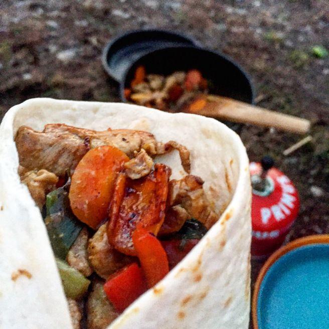 Wok med finstrimlet svinekjøtt, mais, vårløk og chop suey-saus i tortilla