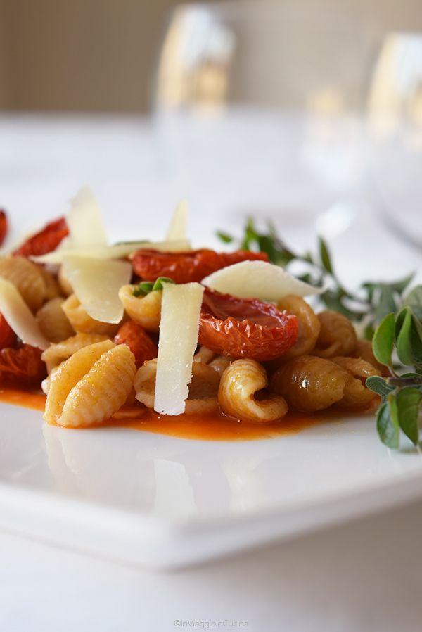 Oggi vi propongo un primo saporito e piccante, un'alternativa vegetariana ai tradizionali malloreddus alla campidanese  o gnocchetti ...