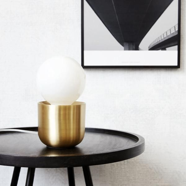 Utilizeaza lampa langa pat pentru o atmosfera calda sau in hol pentru o imagine moderna.