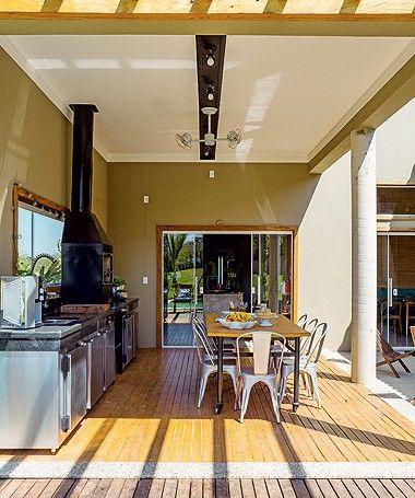 Na churrasqueira, o balcão refrigerado ocupa toda a extensão da pia. Em volta da mesa feita por serralheiro local, cadeiras da Sun House (Foto: Edu Castello/Editora Globo)