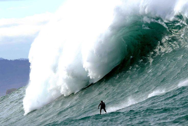 Un surfeur sur la super grosse vagueBelharra sur la côte basque française, le 7 janvier. #Surf #Mer #Sport
