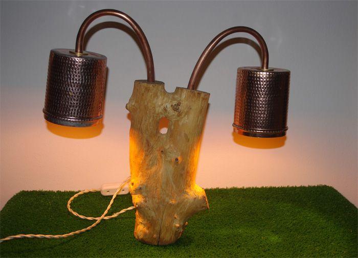 Originale lampada doppia su tronco. I due passacavi sono in rame così come i paralumi ricavati da due barattoli. Il cavo elettrico è in seta avorio. PEZZO UNICO. #lamp #lampada #wood #legno #vintage #design #upcycling #recycling #lighting #illuminazione