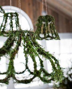INSPIRERANDE JULDUKNING MED ENKLA MEDEL: Gamla lampskärmar finns det gott om på loppisar och i second hand-butiker. Klä in dem med mjuken (finns i blomsterbutiker), späda grankvistar eller mossa. Fäst genom att vira ståltråd runtom | Hus & Hem - via Bettina Holst