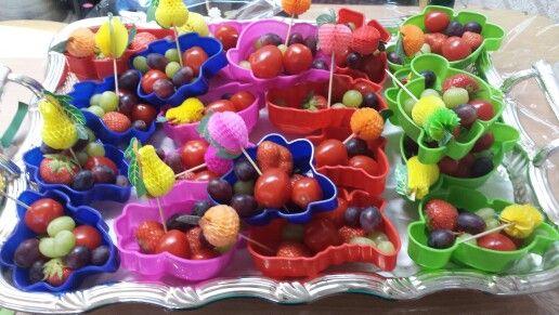Zandbak vormpjes met vers fruit en groente.  Idee van moeder uit mijn klas.