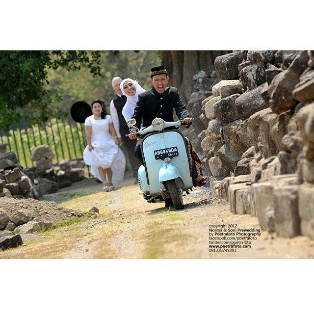 #Foto #PreWed Norma+Soni #PreWedding #Photoshoot with #Vintage #Vespa at #Candi #Plaosan #Yogyakarta #Indonesia by Poetrafoto, http://prewedding.poetrafoto.com/foto-prewedding-vintage-vespa-outdoor-jogja_366