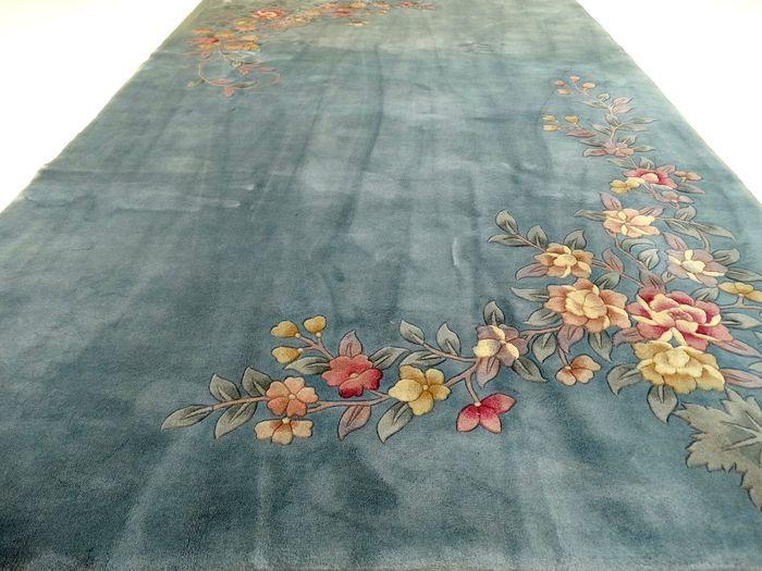 Dit is een handgeknoopt tapijt, gemaakt van duurzame, natuurlijke materialen. Imperfecties in de patronen en de vorm maken dit kleed tot een unicum en benadrukken het authentieke en ambachtelijke karakter.  Deze China heeft bloemen die na het knopen, geschoren zijn, waardoor ze uit het tapijt lijken te komen. Dit is een tapijt gemaakt van wol, van hoge kwaliteit, met een lange levensduur. Het betreft hier een gebruikt tapijt, mooier en karaktervoller geworden door het natuurlijke…