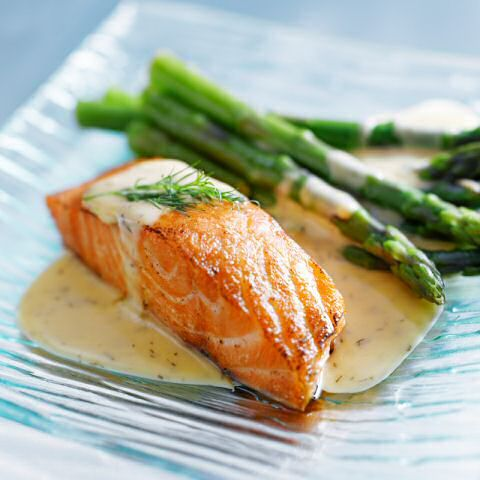Groene asperges met zalm.  Supereenvoudig en echte lente op je bord: een stukje gebakken zalm met aangebakken groene asperges en een groentejus van tomaat, look, basilicum en indien gewenst artisjok.  Zalm bakken is makkelijk: uiterst verse zalm mag immers nog rauw van binnen gegeten worden. Volg daarom de garing buitenaan de rand van de visfilets: als je nog een beetje roze kleur aan de rand ziet, is de vis binnenin zeker ook nog rauw.