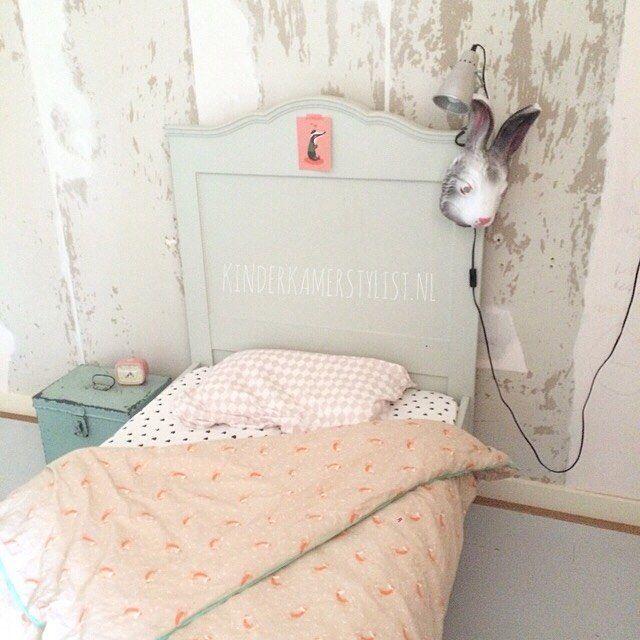 Jula haar kamertje  Die muur achter haar bed is zóó lelijk.... dat het bijna mooi wordt... Ongelofelijk wat een klus om het behang daar te verwijderen!! Gelukkig kunnen we al genieten vd rest van haar kamertje en het fijne beddengoed  #dekbedovertrek is van @mooikamertje.nl (@mimilouparis ) kussensloop en onderlaken vd #hennesenmaurits Ansicht op het bed van @petitelouise_nl by kinderkamerstylist