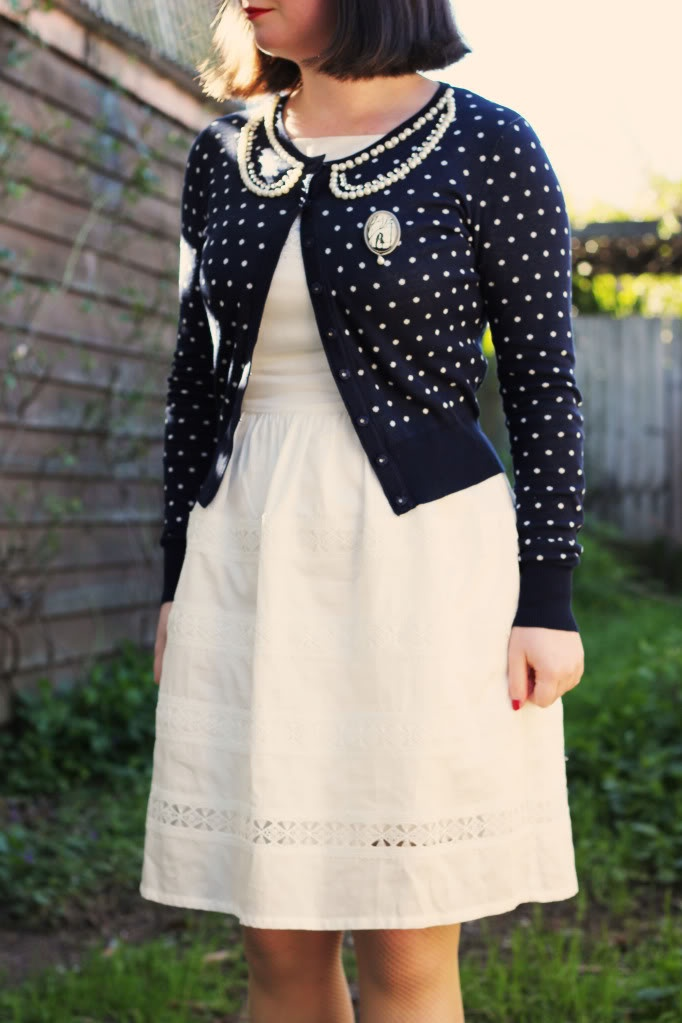 pearl peter pan cardigan.   via Give Me Bows.: Cardigans R Us, Dress Vintage, Brooches Brooches, Cardigan Pearls, Detailed Cardigan, Brooch Fashion