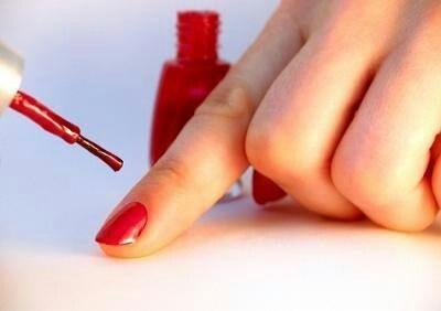 Laat je nagellak langer zitten mat azijn!    Reinig je nagels voordat je ze gaat lakken met azijn en laat ze goed drogen. Als je nagels droog zijn, kan je ze lakken en je nagellak blijft veel langer mooi!