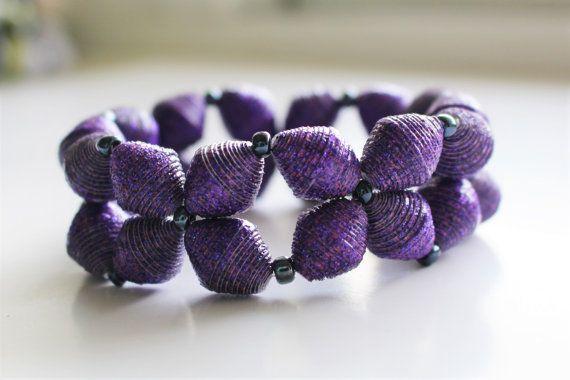 Ein glitzerbedeckten Armband aus Papier-Perlen, die ich in aus Papier Handwerk Handarbeit. Es gibt 8 verschiedene Farben zur Auswahl.  Jede Perle wird sorgfältig geschnitten, dann gerollt, geklebt, mit einem Acryllack und dann einen glänzenden Decklack versiegelt. Die Perlen sind sehr winterhart, aber unglaublich leicht, so dass dieses Armband angenehm zu tragen.  Die Papier-Perlen sind ergänzt durch Glas-Rocailles und auf klaren elastische Schnur aufgereiht.  Dies ist ein…