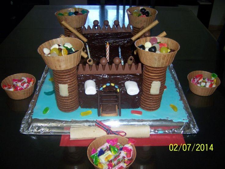 en forme de château fort dans ma cuisine rouge il y a gâteau en de ...