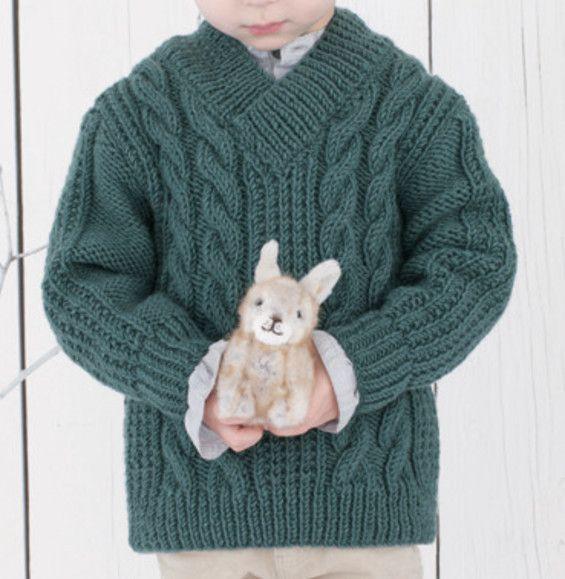 Lenny porte un pull torsadé en col V croisé. Ce modèle au tricot irlandais fera encore son effet cette année. En 'Laine PHIL HARMONY', il jouera la nouveauté sur cette nouvelle qualité et ce coloris Vert de gris, doux pour votre enfant !Modèle tricot n°33 du catalogue 95 : Pitchoun