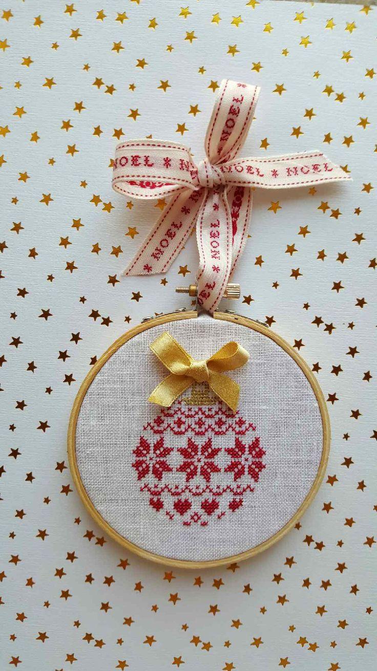 Boule de Noël Rouge et Or et ses étoiles , Cadre Tambour au point de Croix * : Décorations murales par zeste-de-broderie