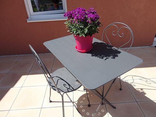 Table et chaises de jardins relookées - Fourchettes et Pinceaux