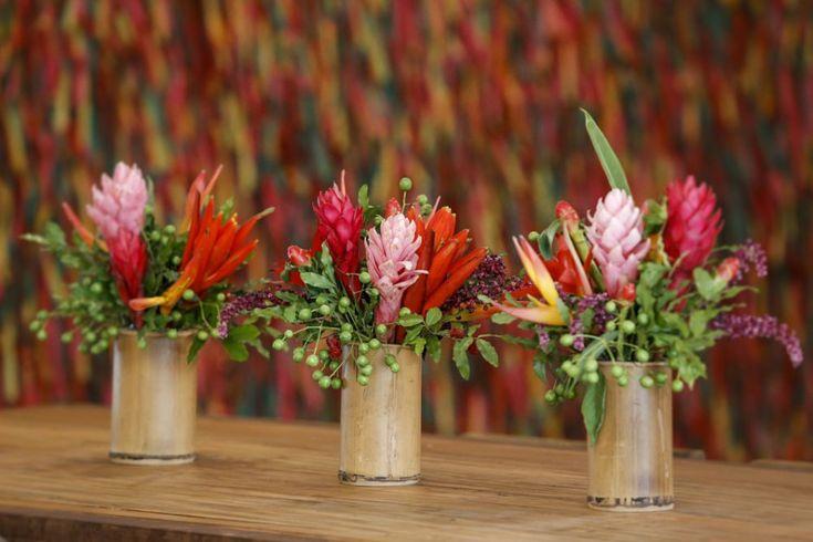 Os vasinhos em bambu com arranjos tropicais também decoraram as mesas bistrô.