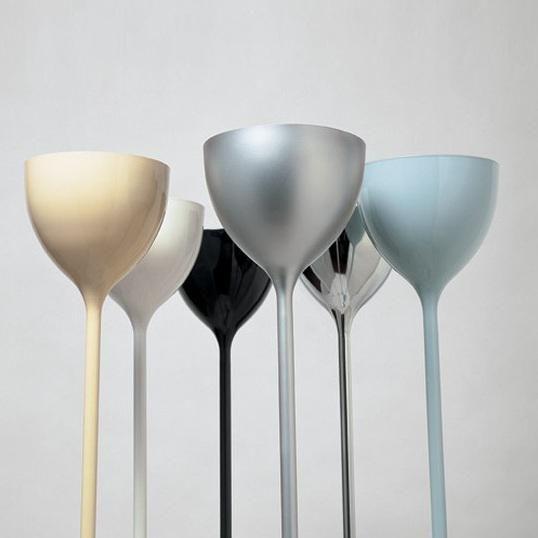 Lampadaire halogène, composé d'une base tulipée, d'un pied tubulaire et d'un diffuseur coupole de 16cm de diamètre, l'ensemble est réalisé en acier et présenté ici dans une exclusive finition ...
