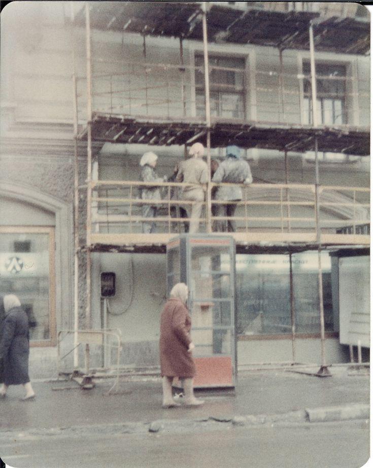 На Невском проспекте. Женский труд в строительстве