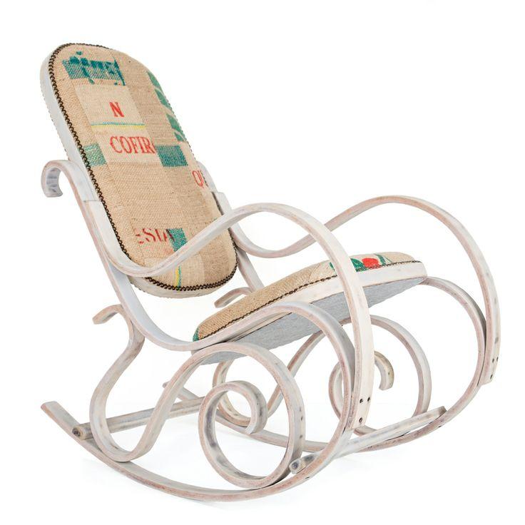 Een sierlijke houten schommelstoel gestoffeerd met jute koffiezakken. De ideale stoel om uw kind in slaap te wiegen.