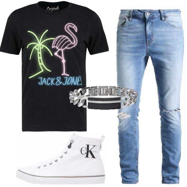 Effetto neon per le stampe sulla t-shirt nera, jeans chiari con strappi, sneakers alte bianche e bracciale in acciaio con inserto nero, un outfit adatto ad un'uscita serale.