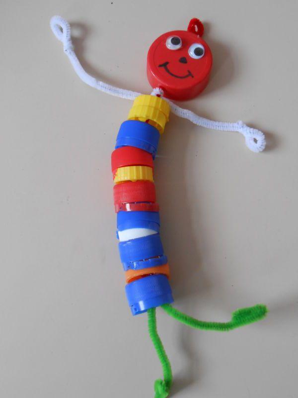des bouchons en plastique percés d'un trou + du fil chenille = 1 bonhomme rigolo / THEMA: 'HOP HOP HOP, DRAAI DE DOP ER OP!' ~ gimme