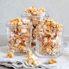 Caramel popcorn is now served on the blog // Karamellpopcorn er endeleg å finne på bloggen www.kvardagsmat.no #caramelpopcorn #karamellpopcorn #popcorn #kvardagsmatno #påske #påskegodt