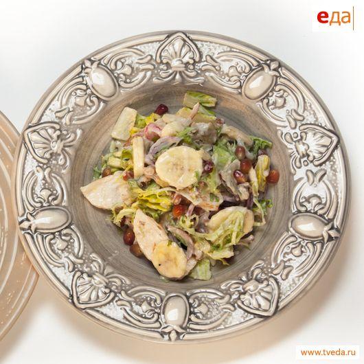 Салат из сырых овощей и чипсов
