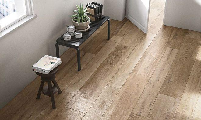 Carrelage imitation parquet bois à l'intérieur de la maison : les grosses planches reproduisent tout à fait le style du parquet