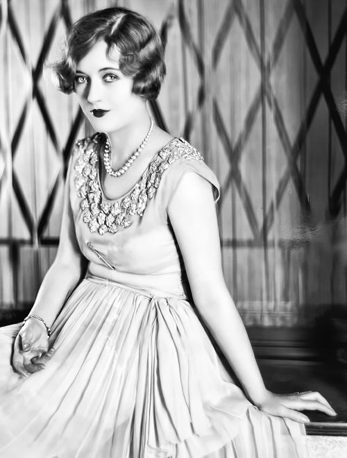 Defined brows, heavy eyeshadow/liner on lid and under eyes, rich lipstick // Marion Davies (1926)