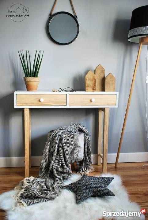490 zł: Niepowtarzalna i elegancka konsola, która doskonale wygląda także jako stolik pod lustro czy toaletka. Umieszczone pod blatem szuflady wykonane z litego drewna sosnowego to pojemny dodatek konsoli, w którym możesz