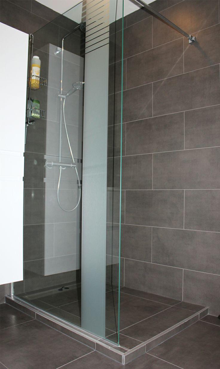 Betegelde inloopdouche met glazen scherm inloopdouche pinterest badkamer kleine badkamer - Credence glazen badkamer ...